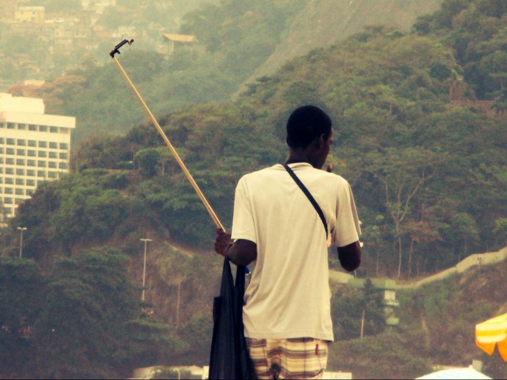Selfie-Stick am Strand von Rio